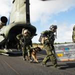 Spezialeinsatzkräfte verlassen den geräumigen Laderaum einer Boeing CH-47 Chinook © FLVFOT