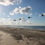 Die vier teilnehmenden Kiowas beim Trainig verschiedener Einsatzverfahren an der Küste © MzHSSt