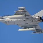 Eurofighter Typhoon 7L-WE kann mit zwei 1.000 Liter Tanks länger in der Flugverbotszone kreisen und ist neben der Bordkanone mit einer IRIS-T Lenkwaffe unter der rechten Tragfläche bewaffnet © Werner P