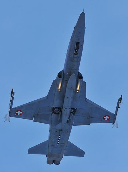 Northrop F-5E Tiger II beim Start. Der Jet ist mit Zusatztank und zwei AIM-9 Sidewinder bestückt © Ruedi Habermacher