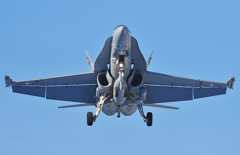 McDonnell Douglas F/A-18C Hornet im Landeanflug auf Meiringen. Beachte den Lockheed Martin AN/AAS-38B 'Nite Hawk' FLIR- und Laserzielerfassungs-Pod © Ruedi Habermacher
