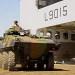 Der Aufmarsch mit modernen Gerät ging wesentlich lansamer von statten. Das VBCI 8×8 von Nexter rollt aus dem Rumpf des amphibischen Angriffsträgers Dixmude (L9015) © Marine Nationale