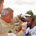 Österreichischer Arzt im Tschad. Hier wird ein Verletzter eines Überfalls behandelt © Bundesheer