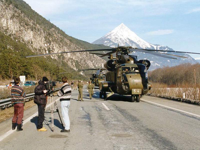 Luftbrücke nach dem Lawinenunglück von Galtür 1999: Die Autobahn bei Imst diente u.a. fünf Sikorsky CH-53G des Deutschen Heeres als Basis © Archiv