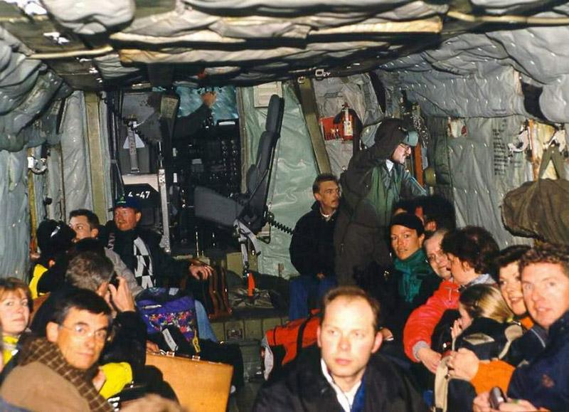 Galtür 1999: Der Innenraum des deutschen Sikorsky CH-53G ist gut gefüllt mit evakuierten Personen © Archiv