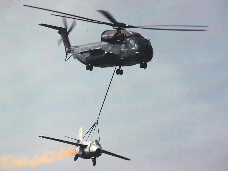 """Sikorsky S-65OE '5L-MB' beim Transport einer Saab J-29F """"Fliegende Tonne"""". Das Bild entstand im Zuge einer Flugvorführung 1978 in Hörsching © Archiv"""