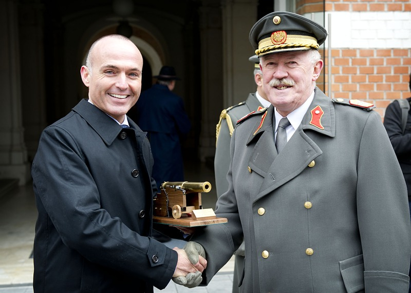 Ein großes Kaliber wird verabschiedet und bekam von Minister Klug ein entsprechendes Symbol überreicht.