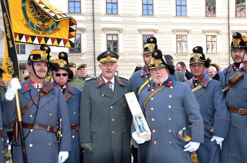 Die Freunde der Reitenden Artilleriedivision No2 nahmen General Entacher in die Mitte. Rechts Obst i.TR. Peter PRITZ, Kommandant der RAD2 und Generaladjudant.