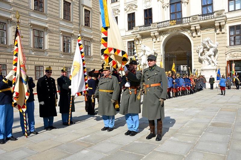Die bunten Uniformen der Traditionsverbände im geschichtsträchtigen Hof des Reichskanzleitrakts der Hofburg