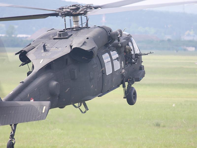 Schon schwebt der nächste Black Hawk ein