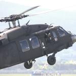 Zur Evakuierung der befreiten Geiseln schwebt ein Black Hawk ein
