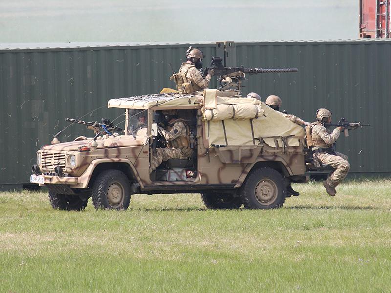 Die Sandviper-Einsatzfahrzeuge decken den Rückzug