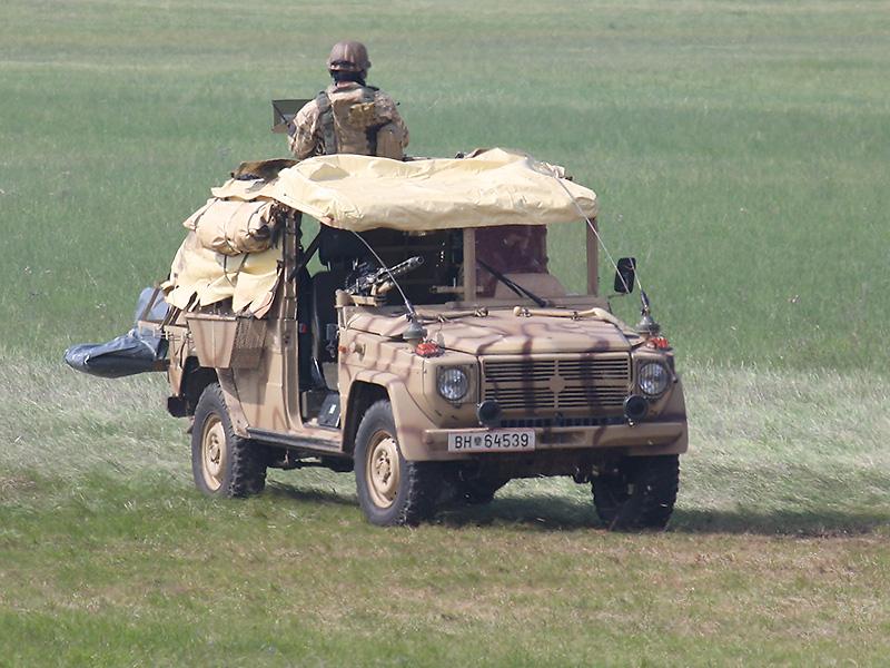 Die beiden Sandvipern haben ihre Kommandos abgesetzt und geben Feuerunterstützung. Sie beginnen auch mit der Außensicherung