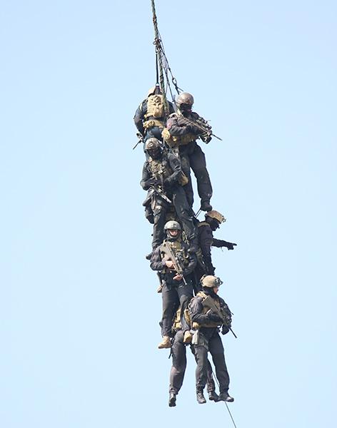 Die am Seil hängenden Jagdkommando-Soldaten haben sogar noch die Möglichkeit, sich selbst zu verteidigen