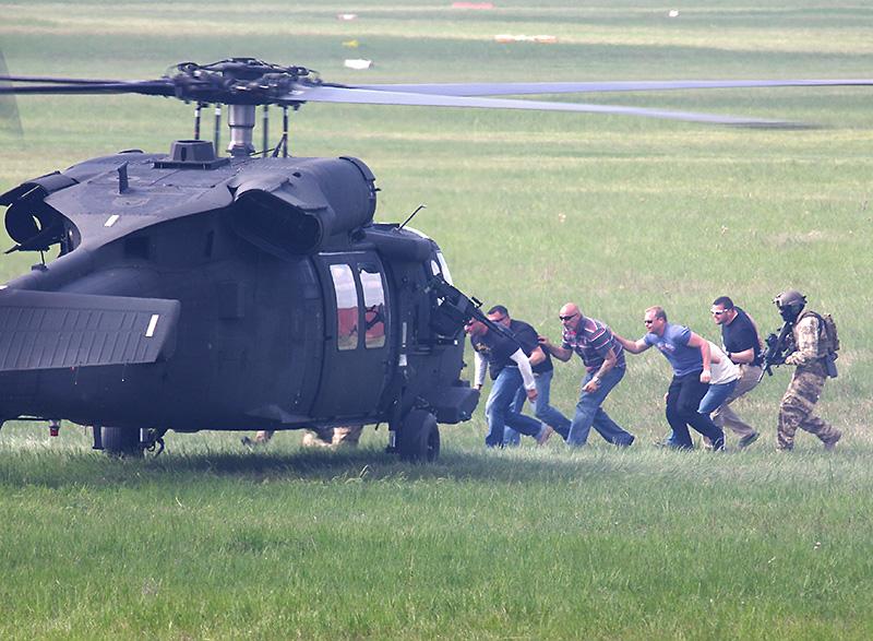 Der Black Hawk nimmt die befreiten Geiseln auf
