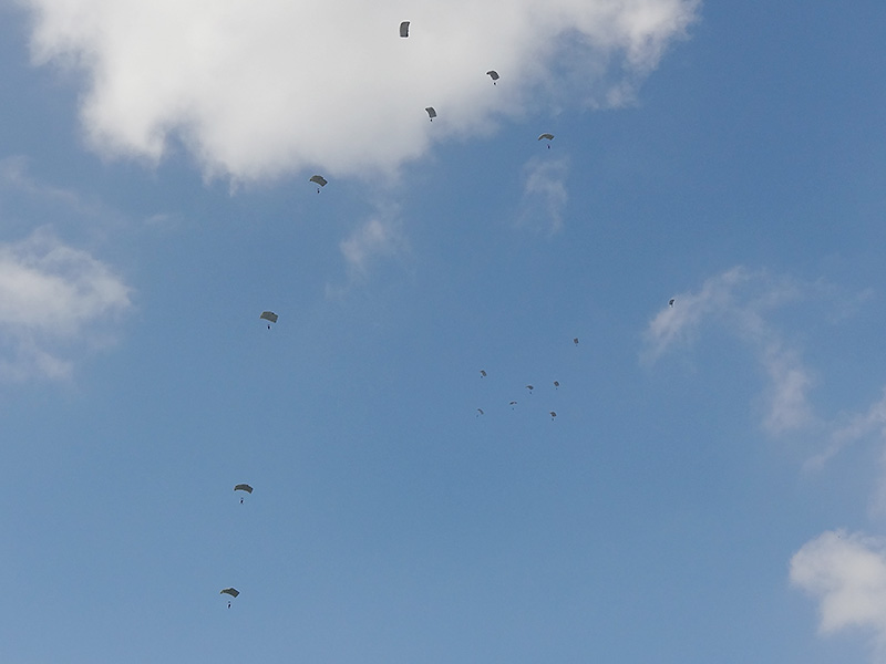 16 Kommandosoldaten - 4 Teams - schweben lautlos zu Boden