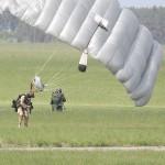 Während die zuerst gelandeten Soldaten sichern, landen alle weiteren und versorgen ihre Gleitschirme. Die Aufklärer erkunden sofort die Umgebung und stellen den Aufenthaltsort der Geiseln fest