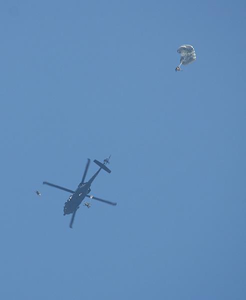 Der Angriff beginnt aus der Luft. Nachts und aus großer Höhe setzen zwei Black Hawks Fallschirmspringer ab
