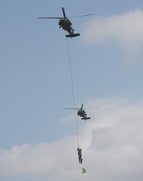 Vorbeiflug der beiden Sikorsky S-70A-42 Black Hawk