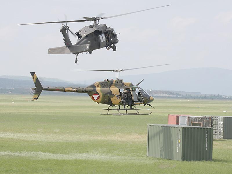 Zwei OH-58B Kiowa werden dicht gefolgt von einem S-70A Black Hawk