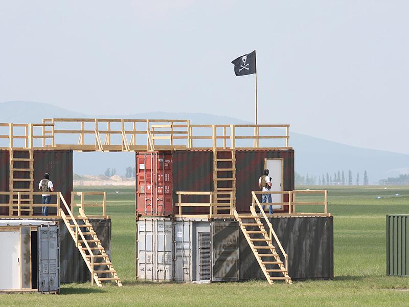 Diese Container am Flugfled symbolisieren irgendeine Ortschaft in irgendeinem Krisenherd dieser Erde. Die Rebellen nutzen diesen Gebäudekomplex als ihren Stützpunkt