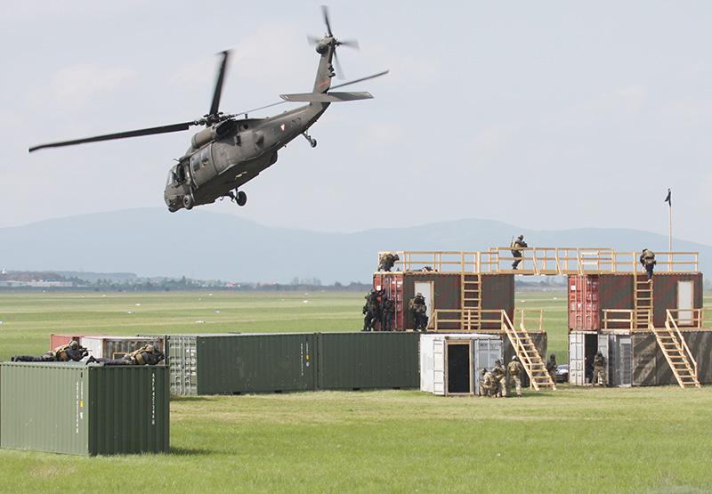 Die per Hubschrauber angelandeten Teams arbeiten sich von oben nach unten vor