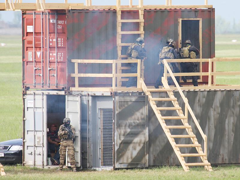 Der Raum mit den Geiseln ist gesichert. Unterdessen dringen die Soldaten im Obergeschoß in einen weiteren Raum ein