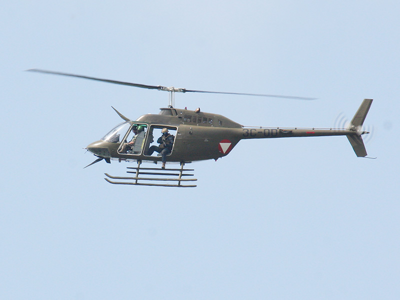 """Ein dritter Kiowa kreist über dem Gebäude mit einem """"Heli-Sniper"""""""