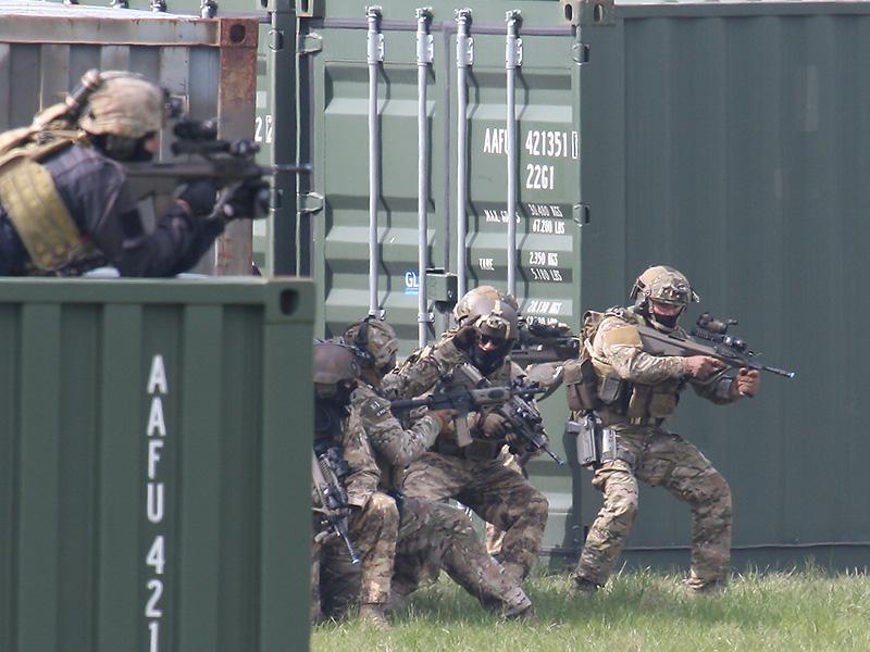 Die per Sandviper herangeführten Soldaten kämpfen sich zum Gebäude der Rebellen vor