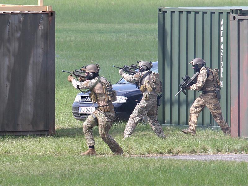 Mit gezielten Schüssen werden die überraschten Wachen niedergekämpft