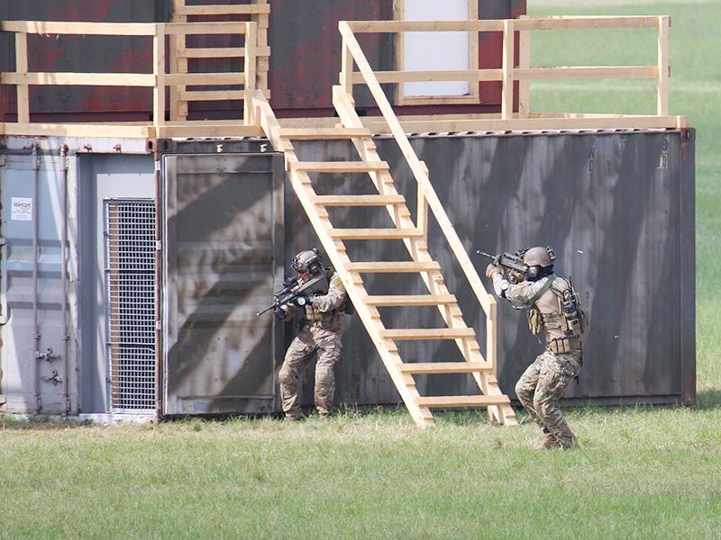Die per Fallschirm und Sandviper herangeführten Soldaten nehmen sich die unteren Stockwerke vor