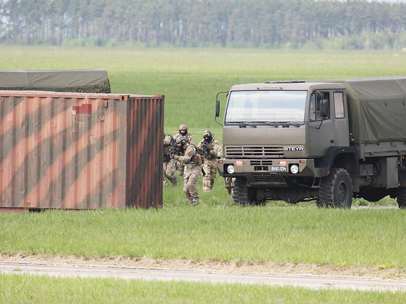 Als der Befehl für den Zugriff erfolgt, gehen die Kommandosoldaten in die Sturm-Ausgangsstellung