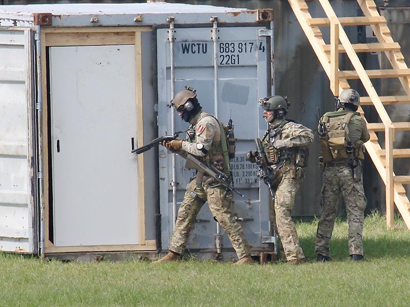 Mit dem Vorderschaft-Repetiergewehr und Sprengladungen werden Schlösser geknackt