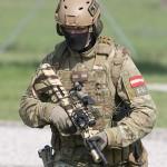Close-Up eines Hundeführers des JaKdo. Beachte das modulare Helmsystem und die getarnte Variante es Steyr AUG A3 SF, Aimpoint-Reflexvisier und Laser-Licht-Modul