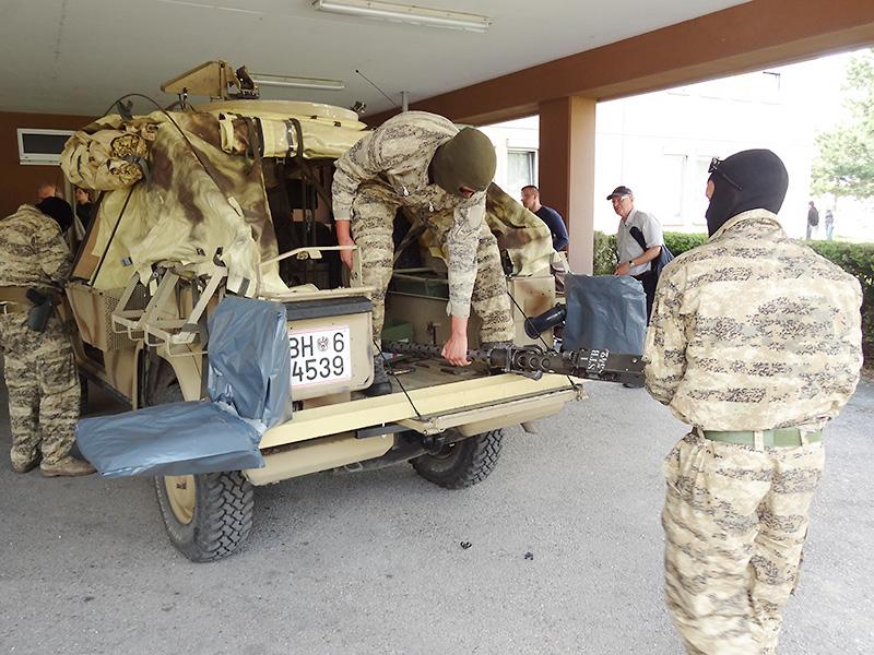 Die Typ II Sandviper trägt ein 12,7 mm Maschinengewehr M2 am Fahrzeugdach. Die Drehring-Lafette stammt übrigens vom Saurer Schützenpanzer