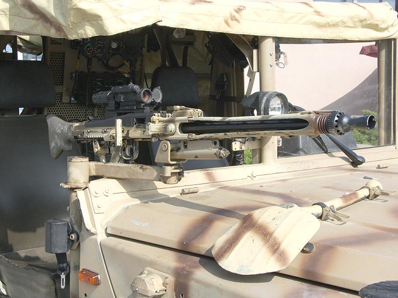 7,62 mm Maschinengewehr MG-74 auf der Position des Fahrzeugkommandanten (Beifahres). An der Rückwand ist die neue VIC-3 Intercom-Anlage zu erkennen