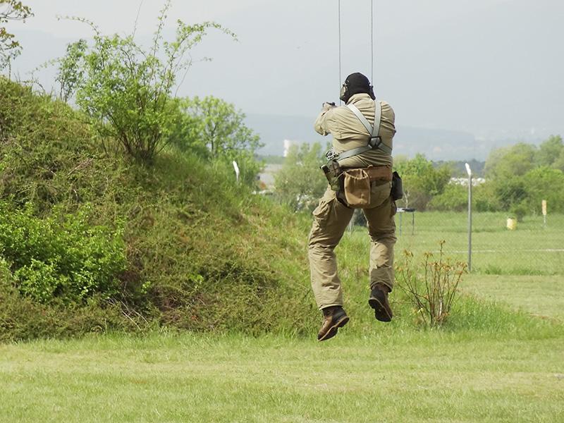 Dieser Pistolenschütze rast vom Sprungturm auf das Ziel zu