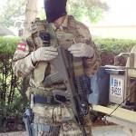 Dieser Jagdkommando-Soldat präsentiert uns sein AUG A3 SF. Standardvisier ist optisch mit 3-facher Vergrößerung. Darüber ein Reddot-Visier. Seitlich angebracht ein taktisches Laser/Licht-Modul