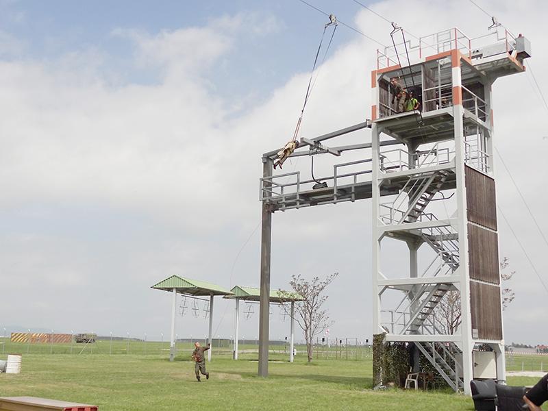 Der Sprungturm ist der Einstieg in die Welt der Fallschirmspringer. Heute hatten auch Besucher die Möglichkeit, ein Hupferl zu wagen