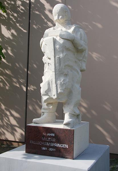 Statue anlässlich des 50-järigen Jubiläums des Militärfallschirmsprunges im Jahr 2011