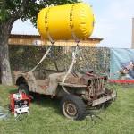 Willys-Jeep am Hebeballon zur Bergung großer Gegenstände