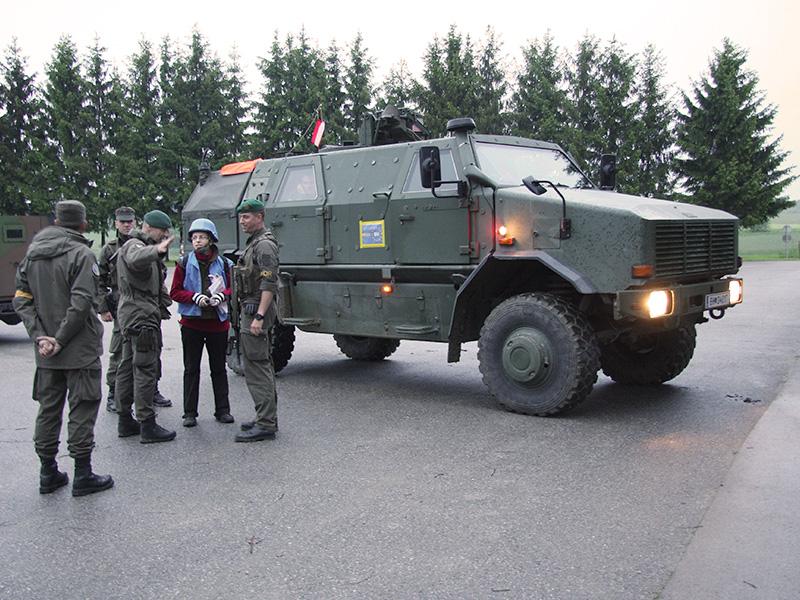Lageeinweisung für die anrückenden Bombenentschärfer durch UN Personal © Doppeladler.com