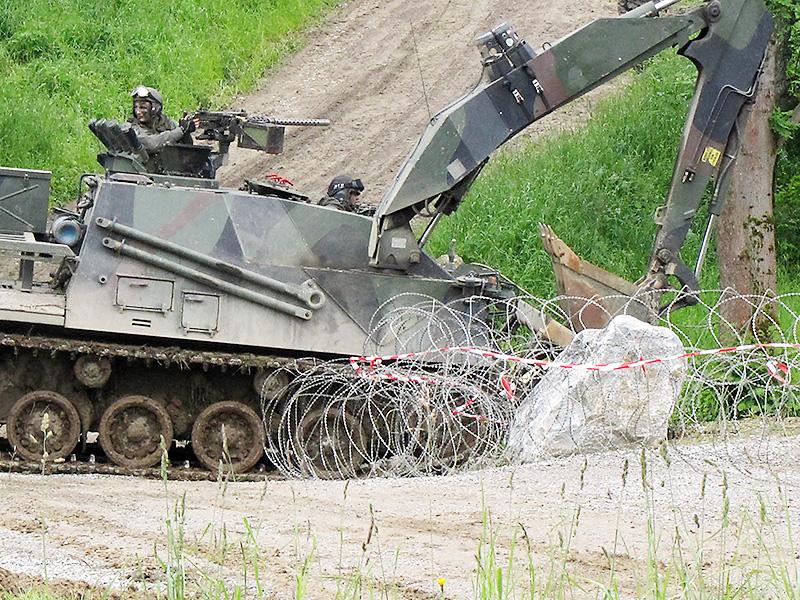 Die Panzerpioniere der EUBG räumen die Zugänge in die Ortschaft. Im Bild ein Bergepanzer Greif © Bundesheer / Honeder