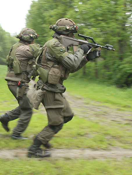 Soldaten des Jägerbataillons 17 beim Angriff © Doppeladler.com