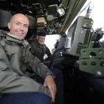 Verteidigungsminister Gerald Klug und der Chef des Generalstabes, Othmar Commenda, auf Truppenbesuch. Das Bild zeigt eine Sitzprobe im Iveco LMV © Bundesheer / Pusch