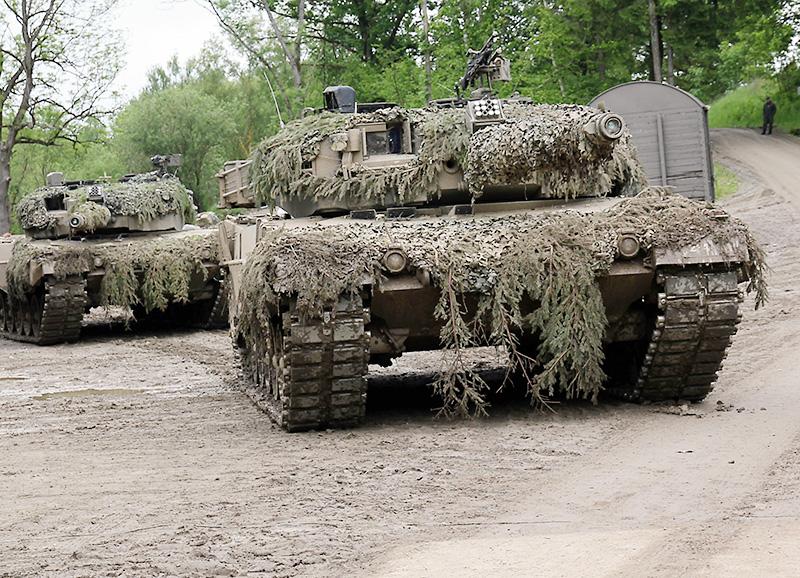Kampfpanzer Leopard 2A4 dringen in die Ortschaft Steinbach ein © Bundesheer