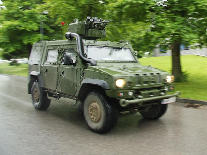 Iveco LMV in voller Fahrt. Die Aufklärer waren die ersten Elemente der Battlegroup, die in das Einsatzgebiet vordrangen © Doppeladler.com