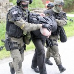 Der Warlord wird von der Militärpolizei abgeführt © Bundesheer / Miller