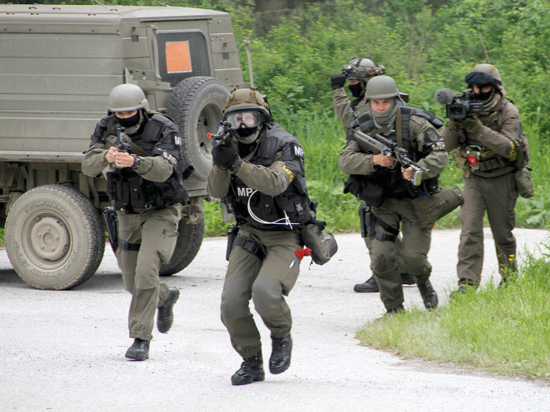 Die Militärpolizei soll einen Warlord festnehmen. Mit dabei ein Combat Camera Team © Bundesheer / Miller