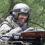 Der Kompaniekommandant der Kaderpräsentzeinheit des JgB17 studiert seine Karten © Doppeladler.com